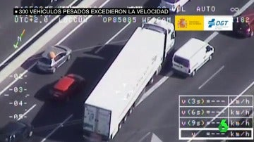 Un camión se salta la línea continua y adelanta a los coches que están parados