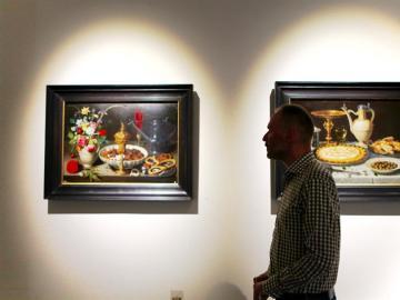 Varios de los cuadros de Clara Peeters, protagonista en la exposición del Museo del Prado