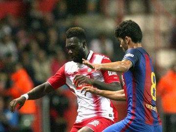 Caicedo disputando un balón con Carles Aleñá, defensa del Barça