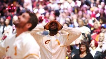 LeBron James, emocionado viendo subir la bandera de campeones