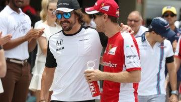 Alonso y Vettel, charlando durante el GP de Brasil de 2015