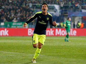 Özil marca el gol de la victoria del Arsenal ante el Ludogorets