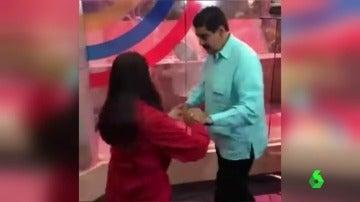 Nicolás Maduro bailando en el estreno de su programa de radio