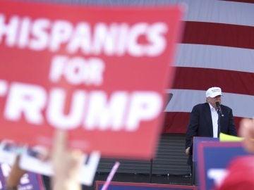 """Trump se ve ganador pero apela al voto hispano en Miami como """"si estuvieran perdiendo"""""""