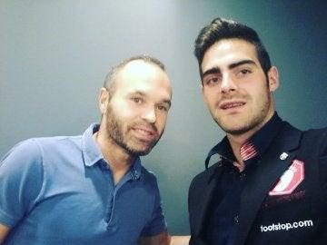 Jesús Tomillero junto a Andrés Iniesta
