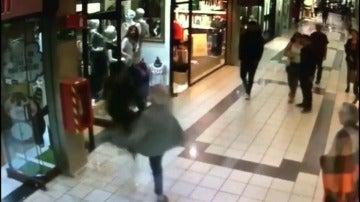 Un anciano derriba a un ladrón cuando huía con su botín
