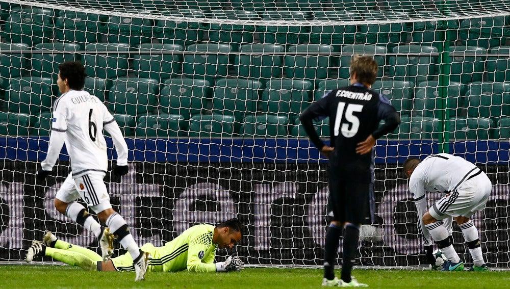 El Legia celebra un gol ante la desesperación de Keylor Navas