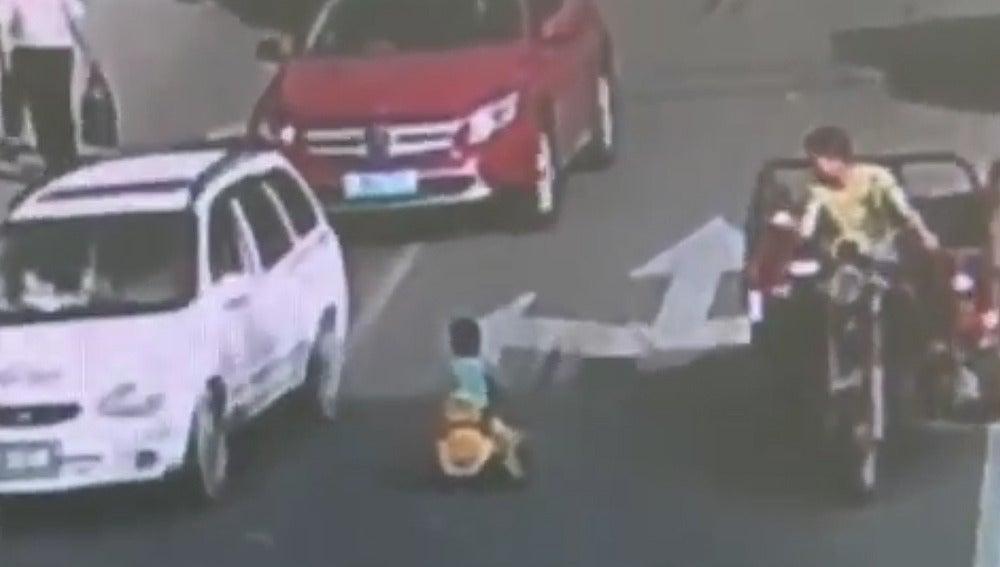 Niño conduciendo con su coche de juguete en China
