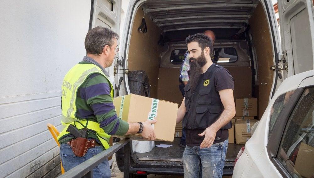 """La Guardia Civil se lleva una veintena de cajas """"repletas de documentos de """"la sede regional de UPA-UCE de Extremadura"""