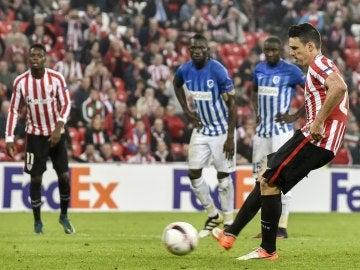 Aduriz, anotando uno de los cinco goles ante el KRC Genk