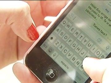Frame 26.136365 de: El 73% de los españoles cree que es más fácil ligar por internet