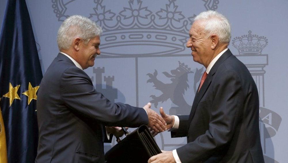Dastis y García-Margallo en el intercambio de cartera