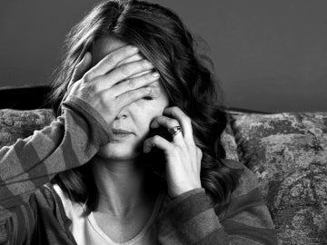 Una mujer hablando por teléfono