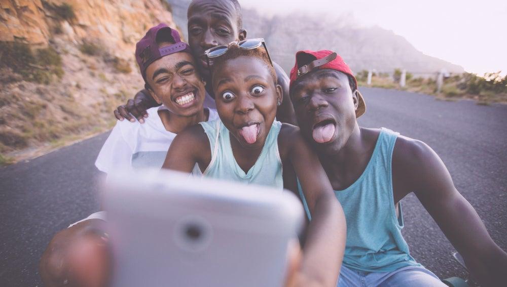 Adolescentes haciéndose un selfie