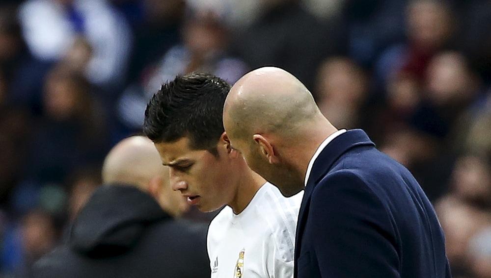 Zidane habla con James en un partido del Real Madrid