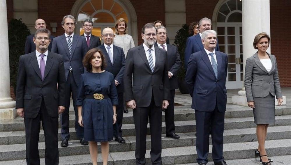 Rajoy posa con su nuevo Gobierno en las escalinatas de Moncloa