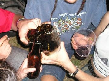 Imagen de archivo de menores bebiendo alcohol