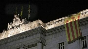 Estelada colocada en la fachada del Ayuntamiento de Barcelona