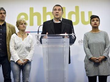 El líder de EHBildu, Arnaldo Otegi (c), acompañado por varios miembros de su partido, durante la rueda de prensa