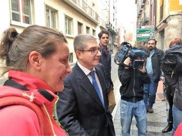 La agente llegando al juzgado con su abogado