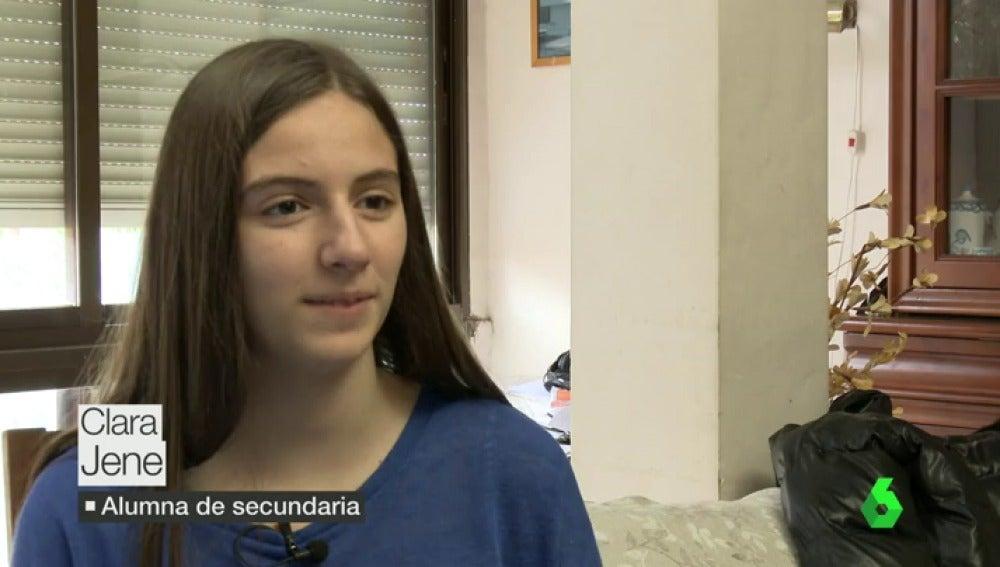 """Frame 12.988967 de: Clara, estudiante de secundaria: """"Cansa demasiado estar en casa todo el día solo delante de un libro"""""""