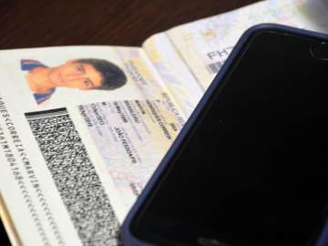 Detalle del pasaporte y del teléfono móvil del detenido Marvin Henriques Correia