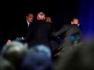 Los servicios secretos sacan del escenario a Donald Trump