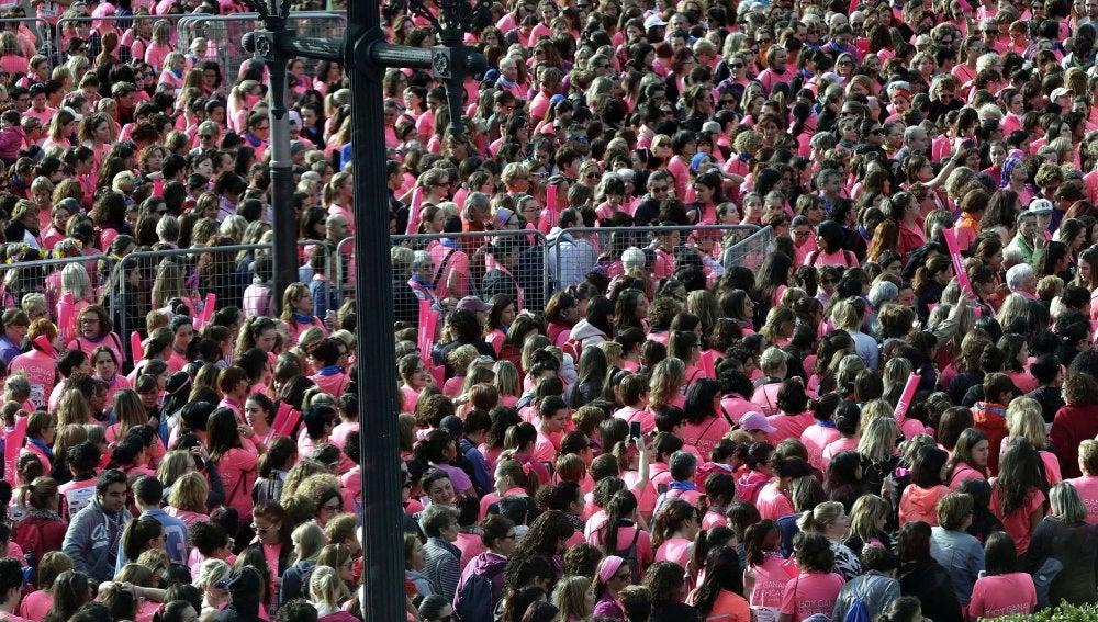 Aspecto de la salida de la Carrera de la Mujer, en la que 29.000 personas han recorrido 8 km por el centro de Barcelona a favor de la AECC-Cataluña Contra el Cáncer