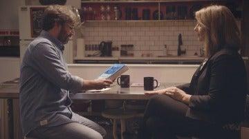 Jordi Évole y Naomi Klein con su libro