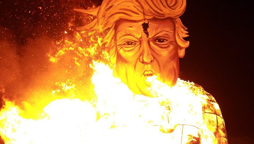 Ardiendo es cómo ha terminado el candidato republicano en la tradicional noche de las hogueras de Reino Unido. Este año, un pueblo al sur de Londres ha elegido quemar una caricatura de un imponente Donald Trump de 11 metros sosteniendo la cabeza de Hillary Clinton.