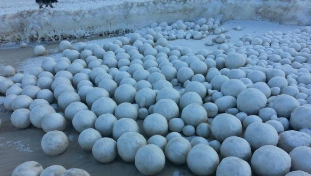 Bolas de nieve gigantes cubren una playa