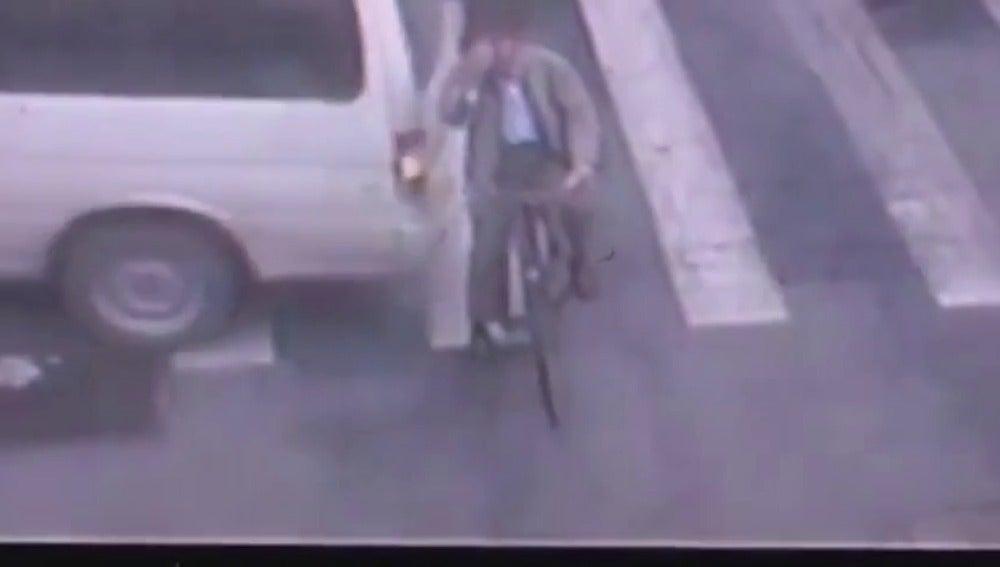 Frame 15.322093 de:  El horrible momento en el que un ciclista es literlamente arrollado por un autobus