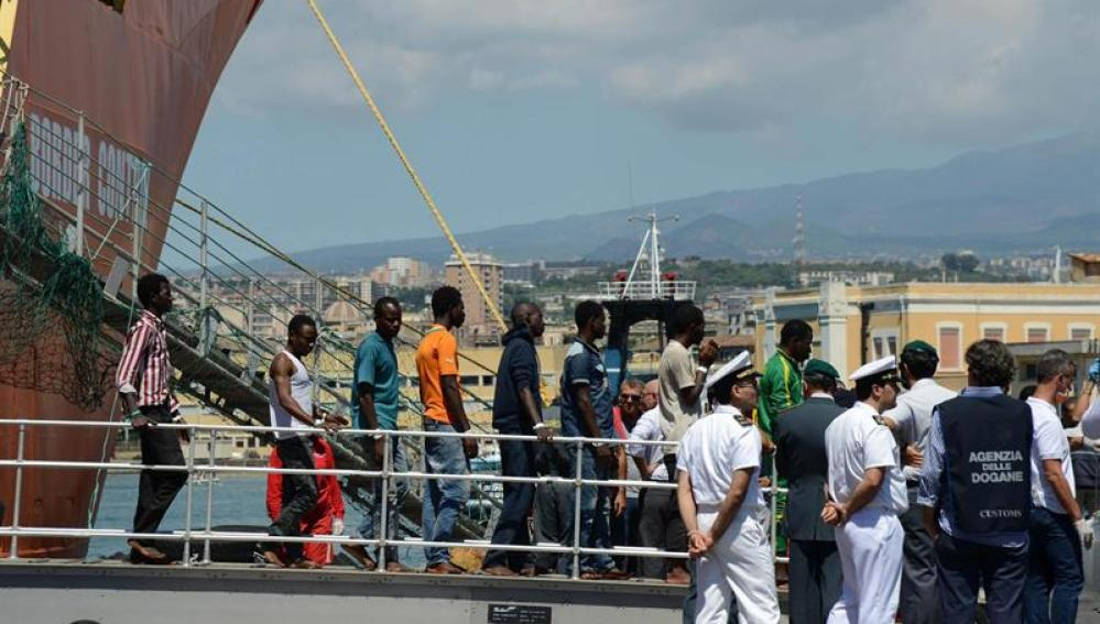 Un grupo de inmigrantes desembarca en el puerto de Catania, Sicilia