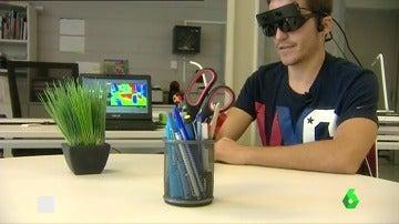 """Frame 0.696981 de: Crean unas gafas 3D que permitirían a los ciegos 'ver' a través del oído: """"Detectan lo que tengo delante de mí y lo traducen a sonido"""""""