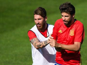 Sergio Ramos y Piqué, durante un entrenamiento de la Selección
