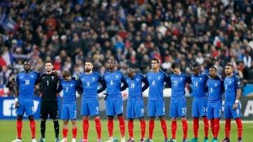 Los jugadores de Francia en el minuto de silencio