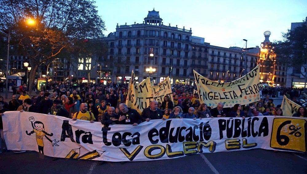 Manifestación en Barcelona para solicitar un aumento de la inversión en educación