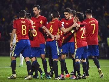 Los jugadores de España celebran el 1-0 ante Macedonia