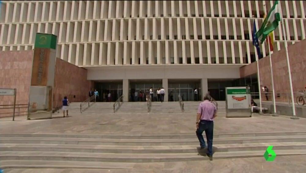 Frame 0.0 de: Pasan a disposición judicial los padres de la bebé fallecida en Málaga por presuntos malos tratos