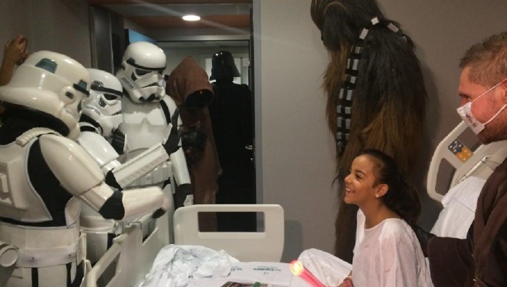 Niños del Hospital de Son Espases recibiendo la visita de los soldados de Star Wars