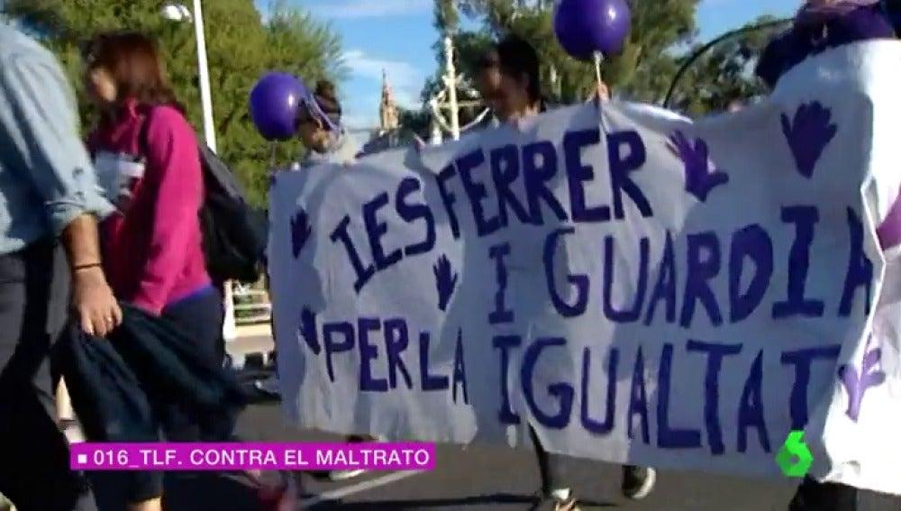 Frame 21.044444 de: Centenares de personas participan en la primera marcha contra la violencia machista en Valencia