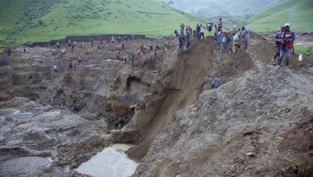"""Frame 40.813929 de: Salvados capta un desprendimiento en una mina de coltán: """"No hay medidas de seguridad, muchos mueren"""""""