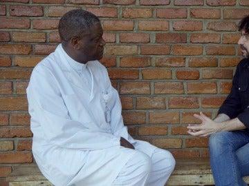 El director del Hospital Pazi, Denis Mukwege, y Jordi Évole