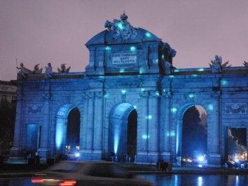 La Puerta de Alcalá teñida de azul