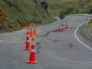 El daño causado a la carretera estatal 7, cerca del puente transbordador Waiau después del terremoto de magnitud 7,5, en Christchurch, Nueva Zelanda
