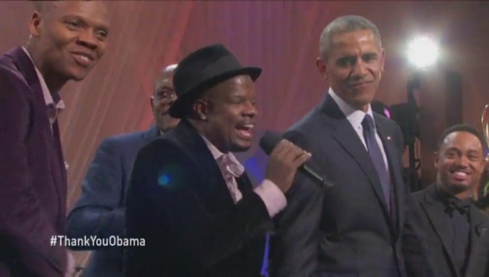 Frame 34.212838 de: Barack y Michelle Obama se despiden de la Casa Blanca cantando 'Love & Hapinnes'