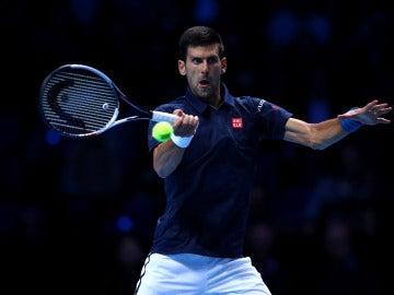 Novak Djokovic golpea una bola durante un partido