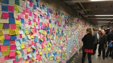 Nueva York inunda el metro de post-it en protesta a Trump