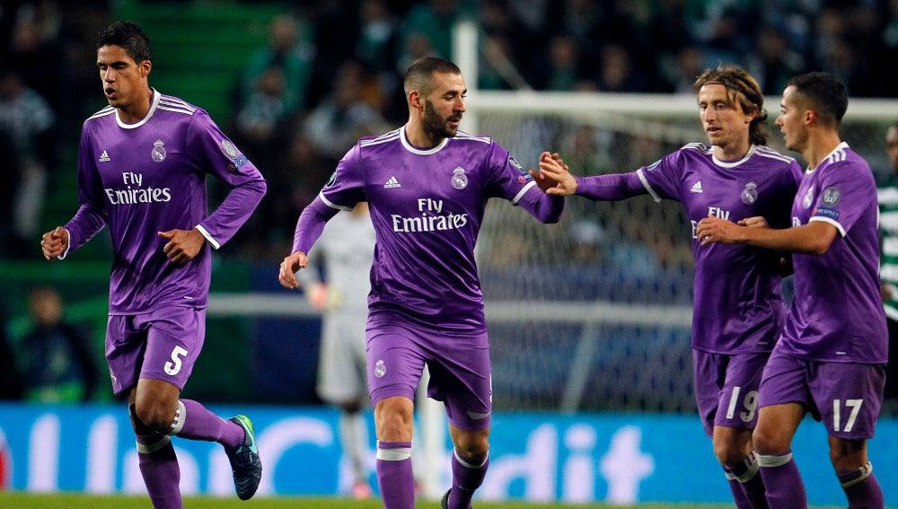 Benzema celebrando su gol con el resto del equipo