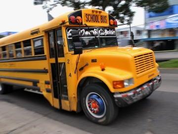 Un autobús escolar circula por EEUU